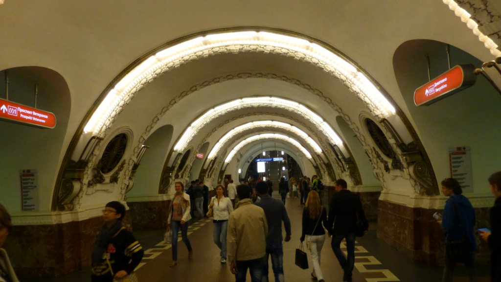 "http://www.tonyco.net/pictures/Russia/StPetersburg/Ulicite_kanalite_metroto/photo25.jpg"" width="
